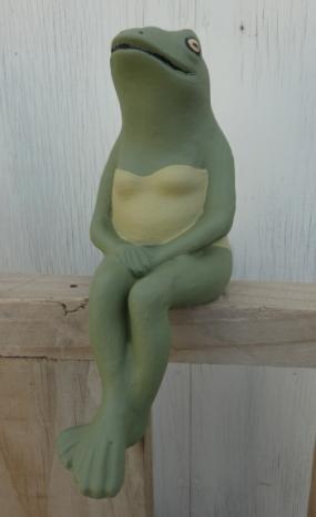 frog_sitting_female.jpg